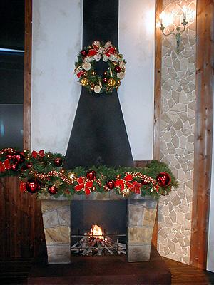 リースと暖炉